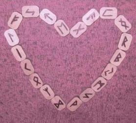 Клубок из чувств распутает гадание на рунах на любовь
