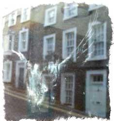 птица разбилась об окно примета
