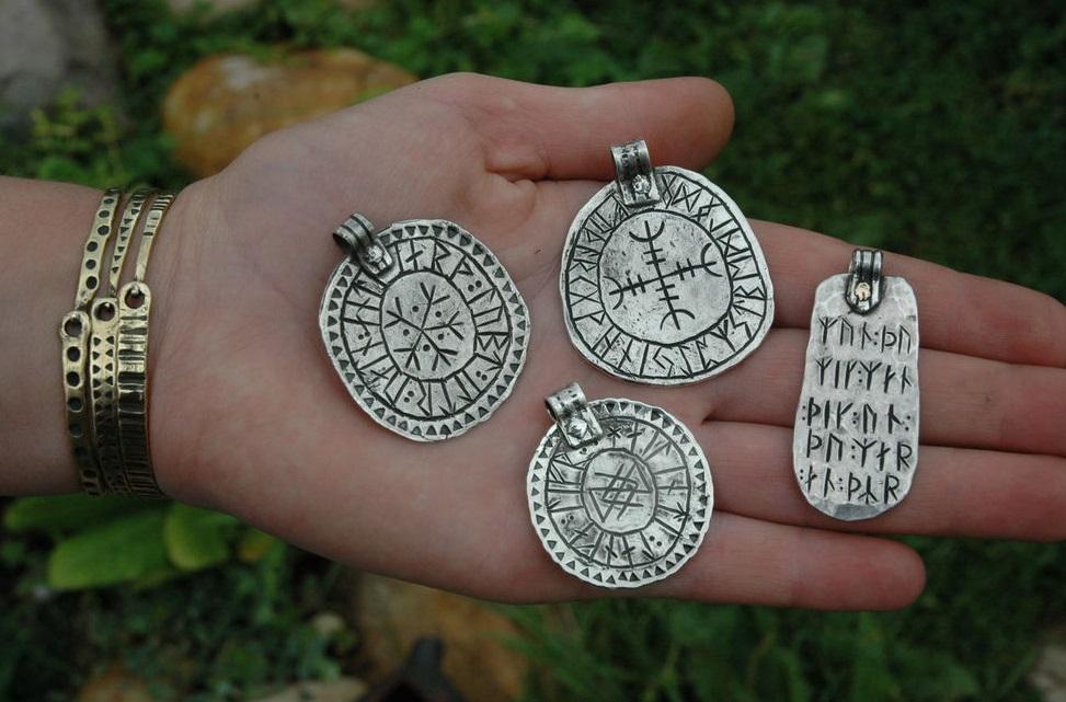 О РУНИЧЕСКИХ АМУЛЕТАХ И ТАЛИСМАНАХ. Mini-runicheskie-talismanyi-amuletyi-svoimi-rukami