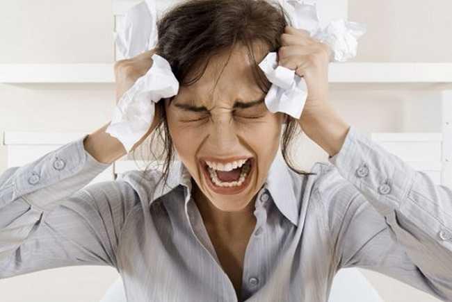 женщина кричит от боли