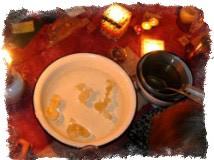 тарелка с воском на воде