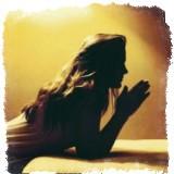 молящийся силуэт женщины
