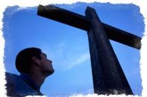 Мужчина смотрит на церковный хрест