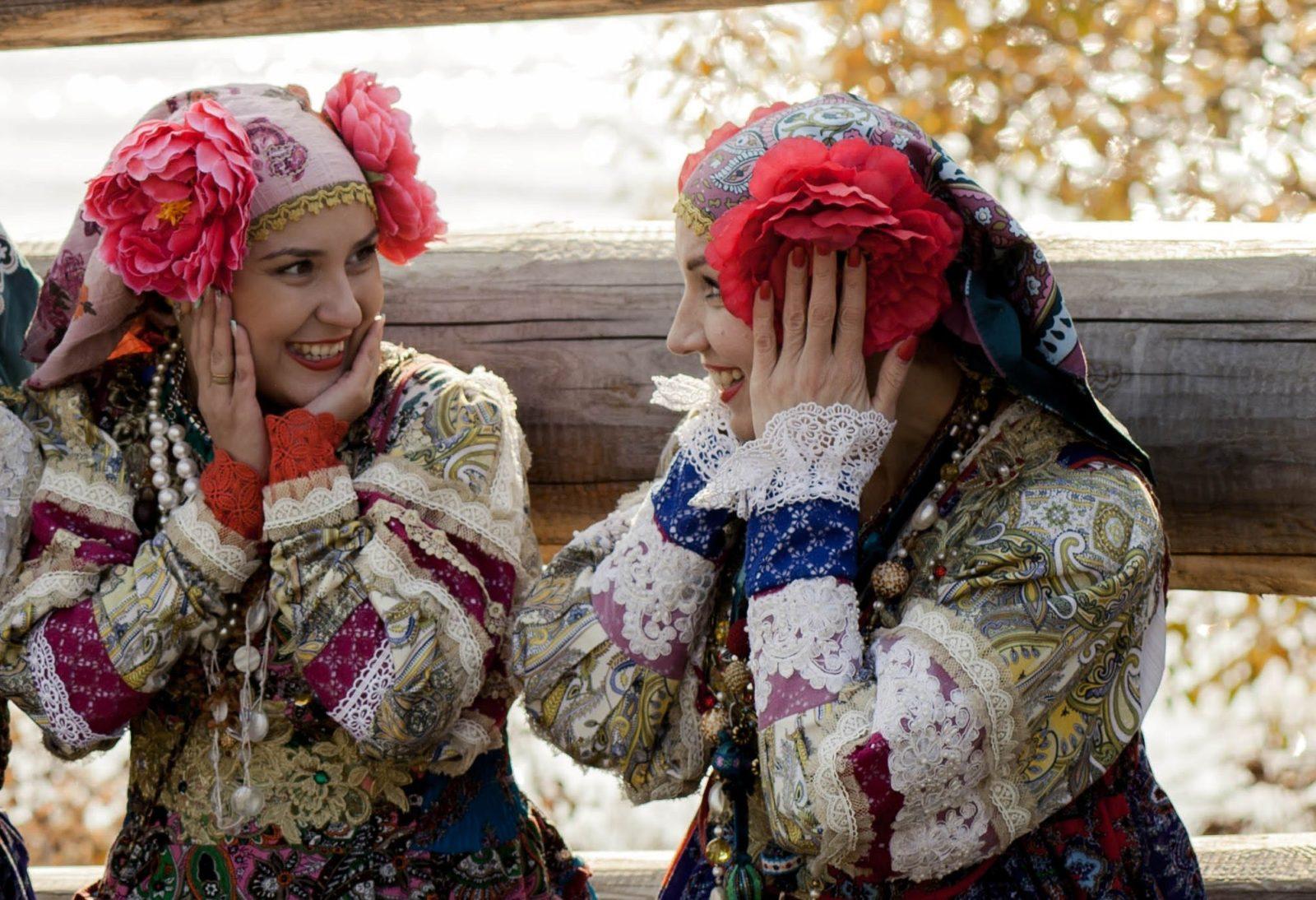 Женщины в русских нарядах празднуют красную горку