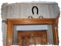 Подкова подвешенная концами вниз внутри дома