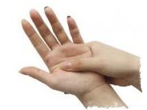 К чему чешется ладонь, рука — примета