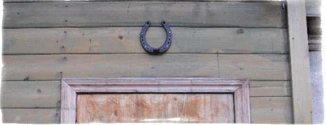 Подкова подвешенная концами вверх снаружи над входной дверью