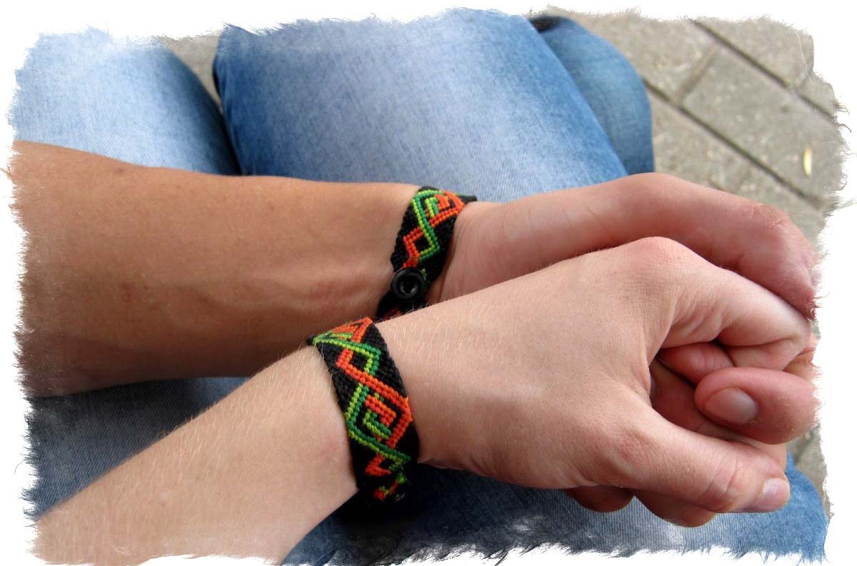 mini-fenechka-braslet-druzhbyi-talisman-e1457967585791 Браслет дружбы своими руками: делаем из резинок и из ниток