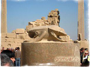 статуя скарабею в Люксоре
