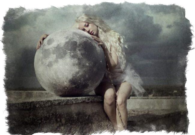 Луна и женщина. Фото Chiara Fersini