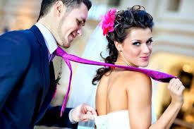 Женщина на свадьбе привязала мужчину