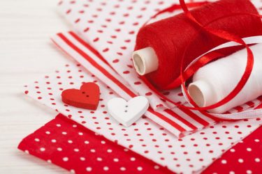 Приворот на белые и красные нитки