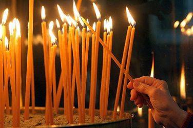 фотография зажженных церковных свечей