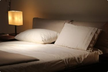 Супружеская кровать для совершения отворота