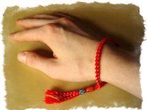 Красная нить на запястье, что означает